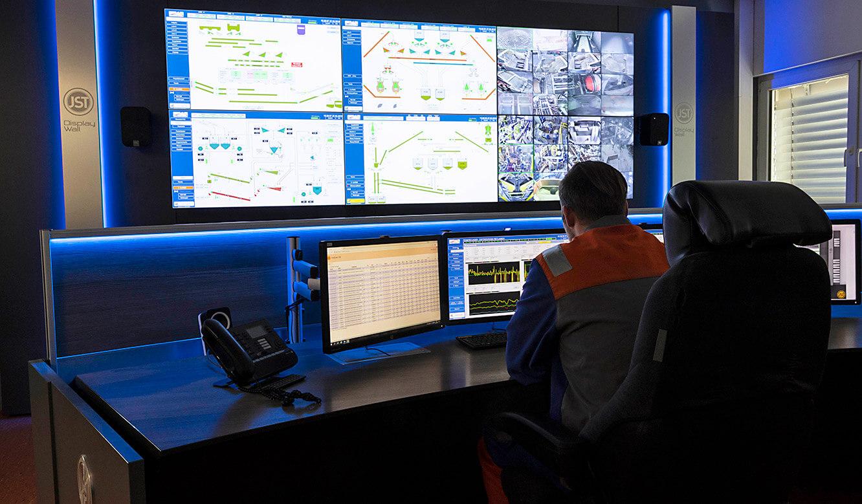 JST VA Erzberg: Belichtung Leitwarte Steuerwarte mit Monitorwand und Leitstandtisch
