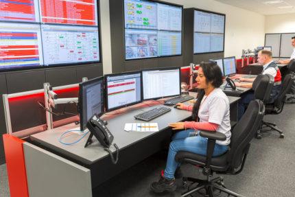 JST Audi Mexico: Operator im Leitstand am Leitwartentisch vor Displaywand