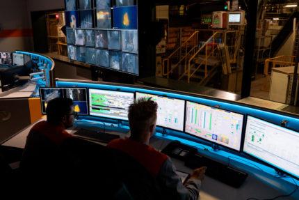 JST Salzgitter Flachstahl: Operator am Arbeitsplatz vor der Großbildwand