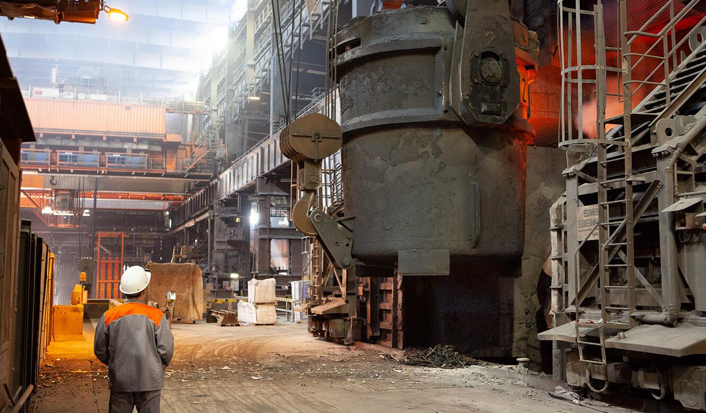 JST Salzgitter Flachstahl: nach Verarbeitung im Konverter gelangt Stahl in die von Leitwarte überwachte Anlage