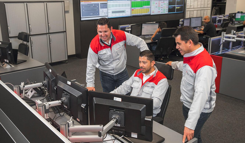 JST Audi Mexico: Operator an den Arbeitplätzen im neuen Leitstand