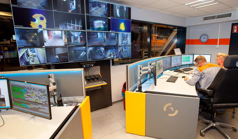 JST Salzgitter Flachstahl: Operator-Arbeitsplatz am Leitwartentisch. Höhenverstellbar. Vor Großbildwand