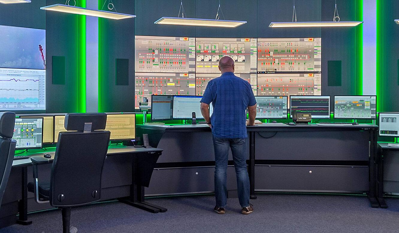 JST INGAVER: Arbeitsplatz in Leitwarte mit Höhenverstellbarem Schreibtisch