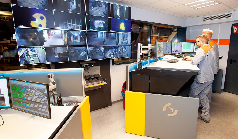 JST Salzgitter Flachstahl: Leitwartenarbeitsplatz mit Tisch. Höhenverstellbar