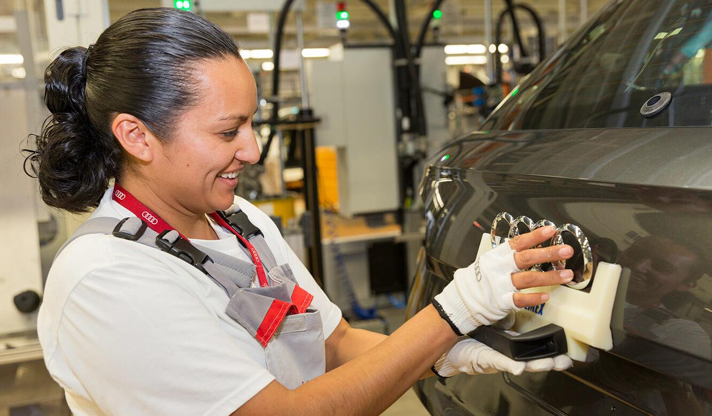 JST Audi Mexico: Fahrzeugfertigung. Letzte Handgriffe nach Kontrolle durch Leitstand