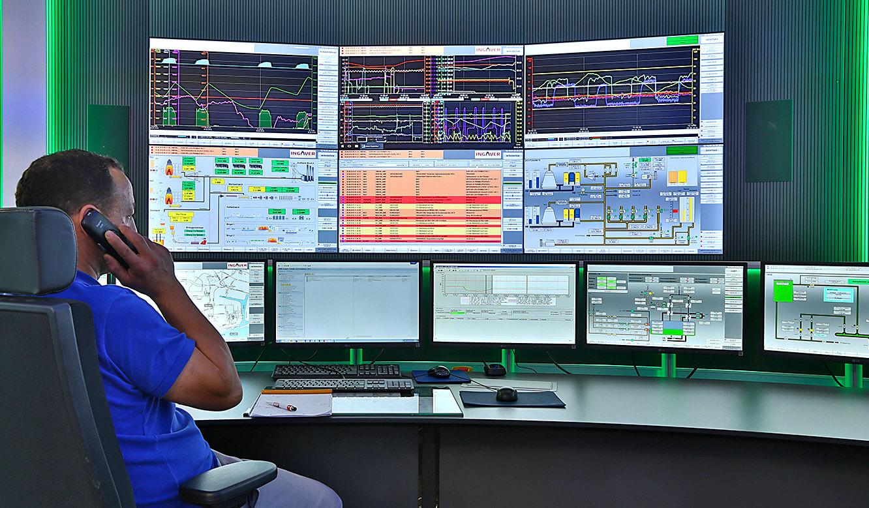 JST INGAVER: Operator-Arbeitsplatz mit Blick auf die Monitorwand