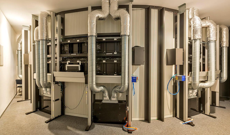 JST INGAVER: Technikraum hintrer den Monitorwänden mit Klimakonzept