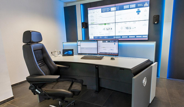 JST Probat-Werke Leitwarte Produktion-Showroom: Operator-Arbeitsplatz höhenverstellbar vor der Großbildwand