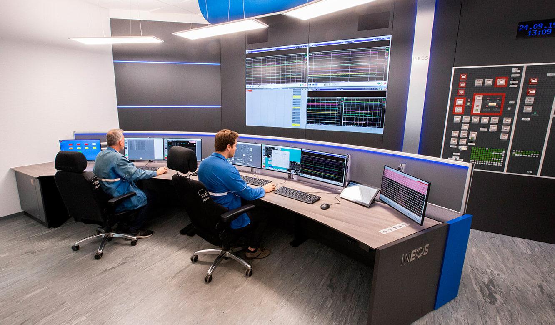 JST INEOS Oxide: moderne Leitstandtechnik und ergonomische Möbel. Operator-Tisch in Sitzhöhe