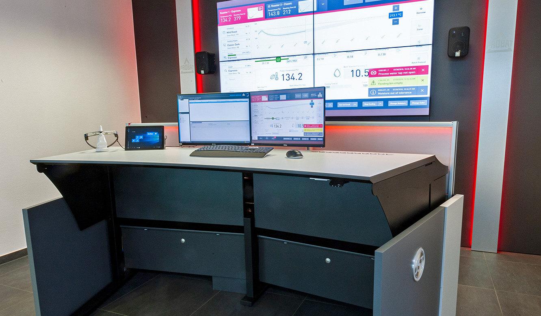 JST Probat-Werke Leitwarte Produktion-Showroom: Operator-Arbeitstisch höhenverstellbar vor der Großbildwand