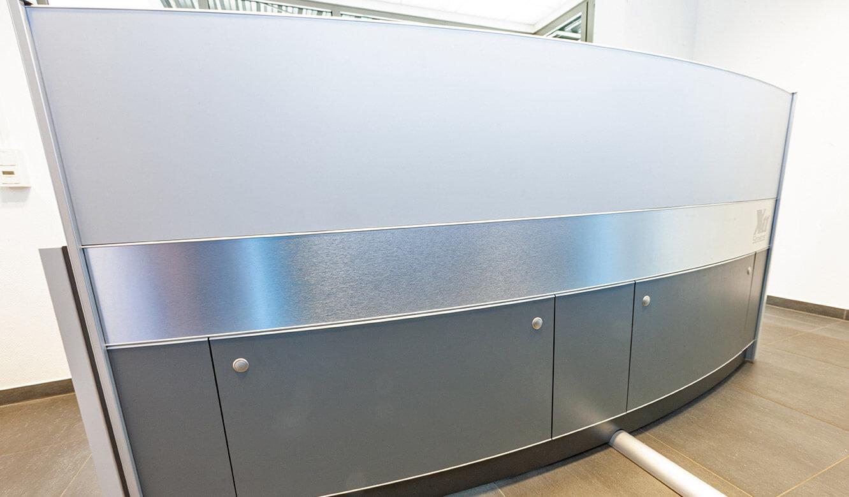 JST Probat-Werke Leitwarte Produktion-Showroom: Leitwartentisch mit Stauraum für Technik