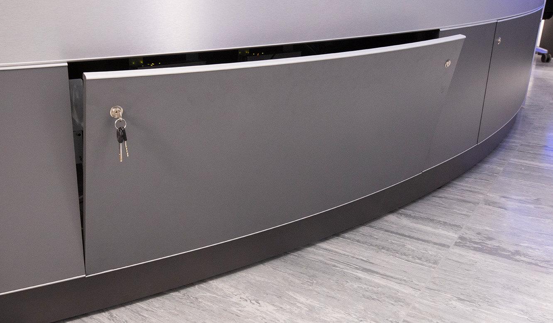 JST INEOS Oxide: moderne Leitstandtechnik und ergonomische Möbel. Abschliessbarer Versrgungsraum im Operatortisch