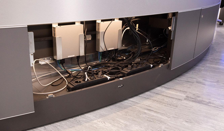 JST INEOS Oxide: moderne Leitstandtechnik und ergonomische Möbel. Beleuchteter Versorgungsraum im Operatortisch