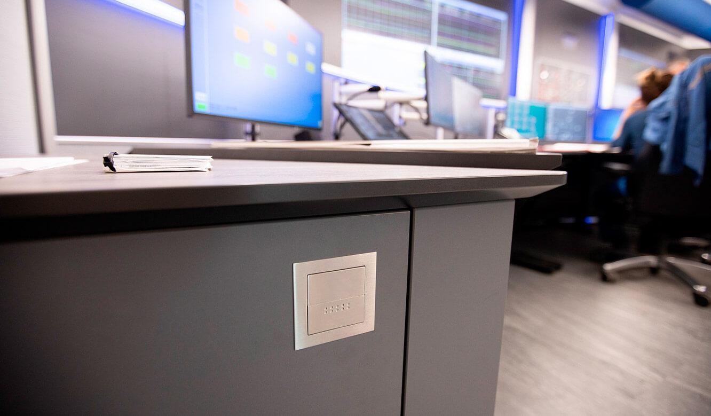 JST INEOS Oxide: moderne Leitstandtechnik und ergonomische Möbel. Hochwertige Qualität bei Details der Möblierung