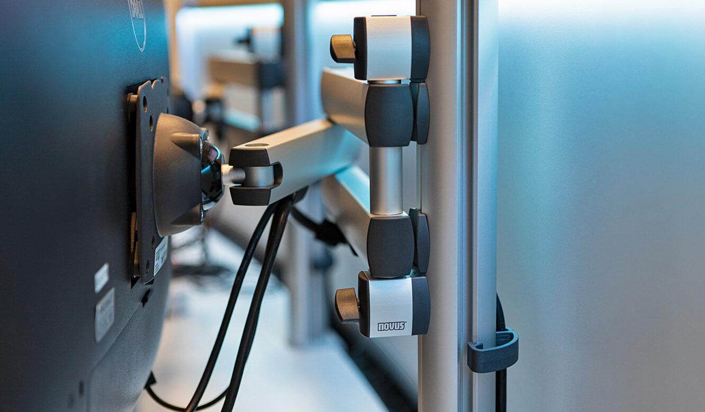 JST Probat-Werke Leitwarte Produktion-Showroom: Arbeitsplatzmonitore mit 3D-Gelenkarm