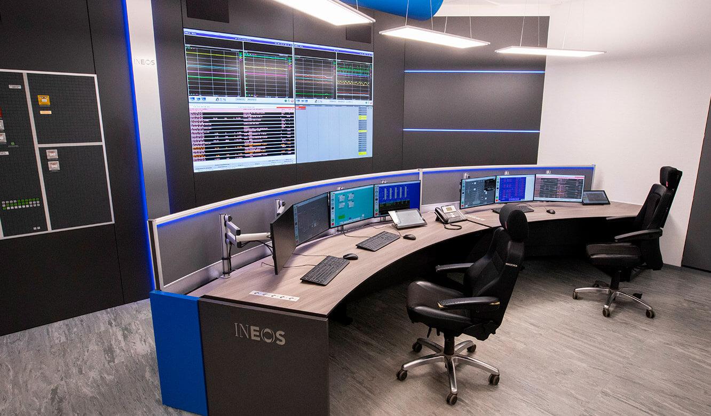 JST INEOS Oxide: moderne Leitstandtechnik und ergonomische Möbel. Operator-Arbeitsplatz mit freier Sicht auf Monitorwand