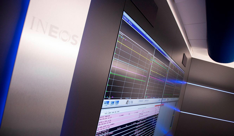JST INEOS Oxide: moderne Leitstandtechnik und ergonomische Möbel. Display-Suit der Monitorwand mit Designstreifen und AlarmLight