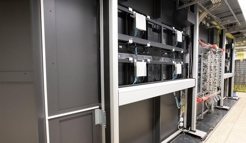JST INEOS Oxide: moderne Leitstandtechnik und ergonomische Möbel. Rückwärtige Ansicht der Großbildtechnik