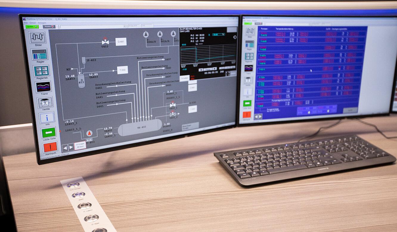 JST INEOS Oxide: moderne Leitstandtechnik und ergonomische Möbel. Buttonleiste für Alarmaufschaltung in Tischplatte integriert