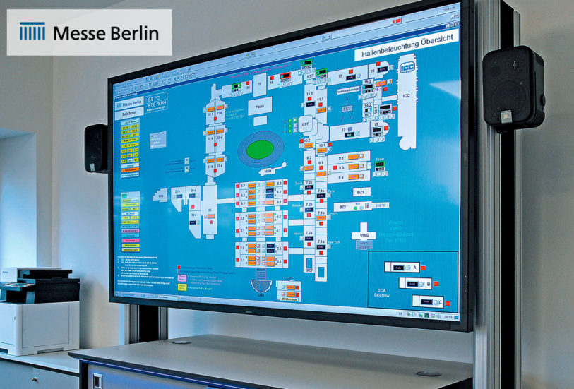 JST Messe Berlin: 80-Zoll-großes LC-Display mit passendem Rack und Medienboard im Krisenraum