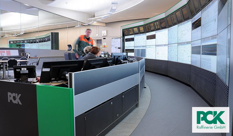 JST Monitorwand Großbildwand in der Prozessleitwarte PCK Raffinerie Schwedt