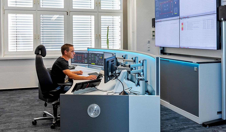 JST Leitwarte Energieversorger Städtische Werke Magdeburg: höhenverstellbare Operator-Arbeitstische im Leitstand