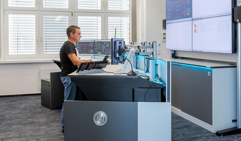 JST Leitwarte Energieversorger Städtische Werke Magdeburg: höhenverstellbare Operator-Arbeitstische im Kontrollraum