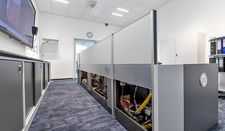 JST Leitwarte Energieversorger Städtische Werke Magdeburg: Leitstellentisch mit Stauraum für Technik, beleuchtet