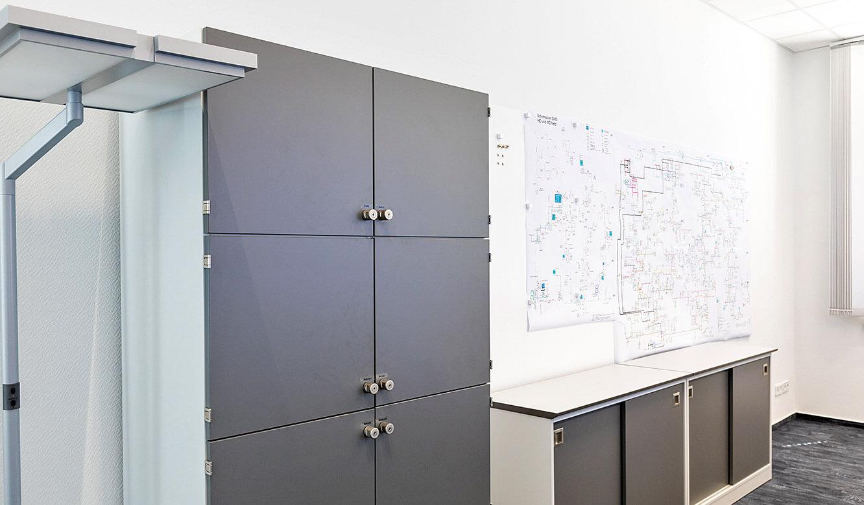 JST Leitwarte Energieversorger Städtische Werke Magdeburg: Kontrollraum-Möbel-Anfertigung individuell
