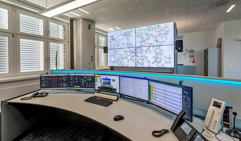 JST Leitwarte Energieversorger Städtische Werke Magdeburg: Ergonomie am Kontrollraum-Arbeitsplatz mit Großbildwand