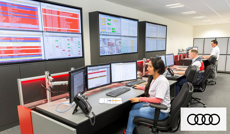 JST Operator-Arbeitsplatz vor der Großbildwand: angenehmes Arbeitslicht
