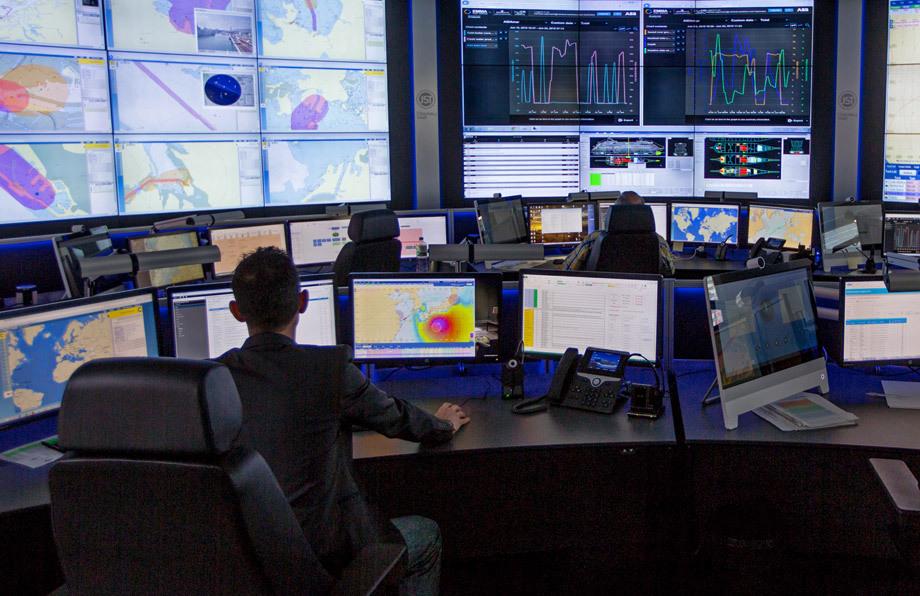 JST Operator-Arbeitsplätze vor der Großbildwand. Angenehmes Arbeitslicht