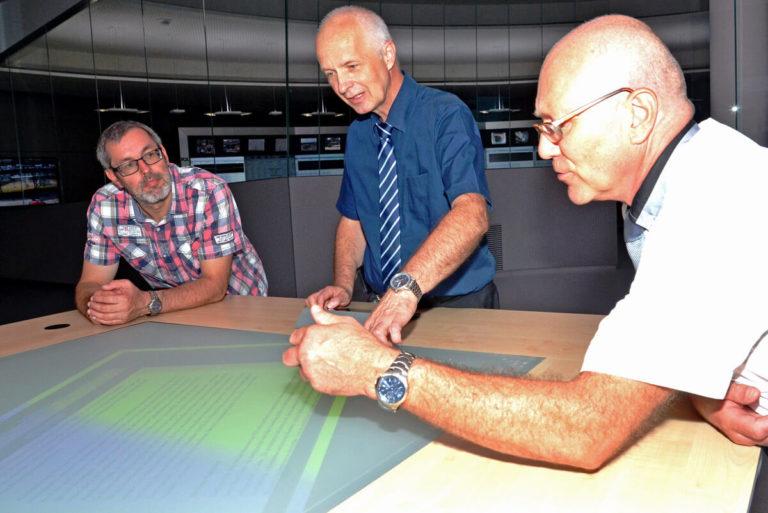 Der multifunktionale Tisch von JST wird ganz einfach über Berührungen der Display-Oberfläche bedient