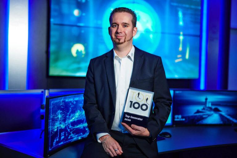 JST-Prokurist Stephan Wiese mit der TOP100-Trophäe