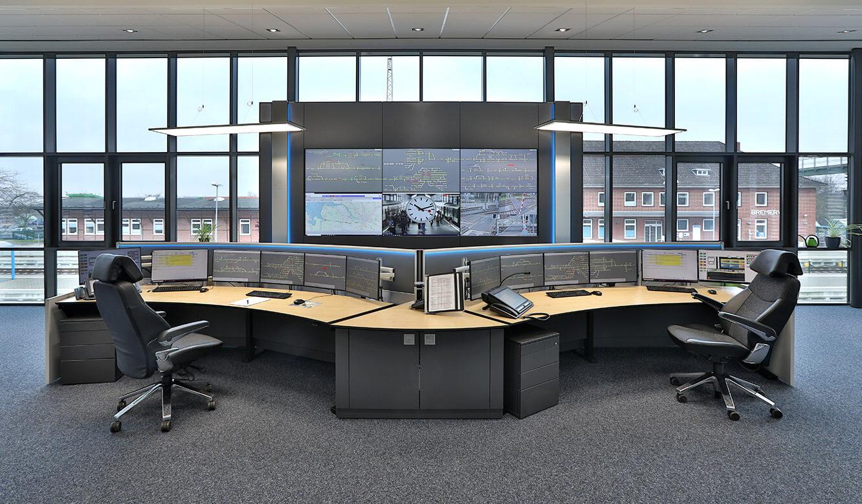 JST Referenz EVB Betriebszentrale: Leitstellen-Arbeitsplätze vor der Videowall