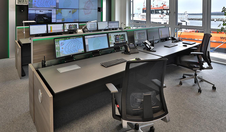 JST-Referenz Iberdrola Sassnitz: Leitstelle Windenergie - Operator-Arbeitsplätze vor der Großbildleinwand - Komplettlösung aus einer Hand