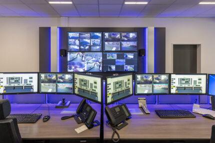 JST-Referenz Polizei Bremen Videoleitstelle: moderner Kontrollraum mit Videowall-Visualisierungstechnologie