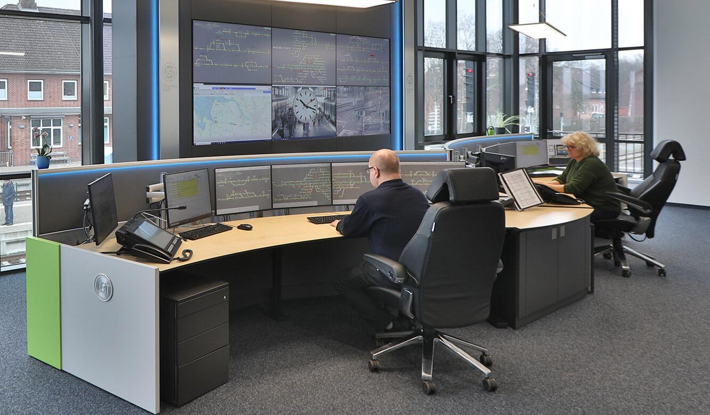 JST Referenz EVB Betriebszentrale: ergonomischer Leitstellentisch