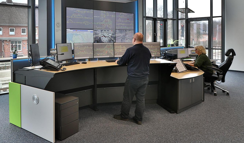 JST Referenz EVB Betriebszentrale: Leitstellentisch mit Höhenverstellung