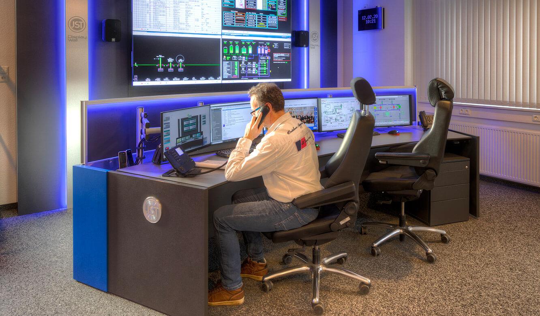 JST-Referenz GEW Energieversorger: Netzleitstelle. Höhenverstellbarer Kontrollraumtisch in Sitzposition
