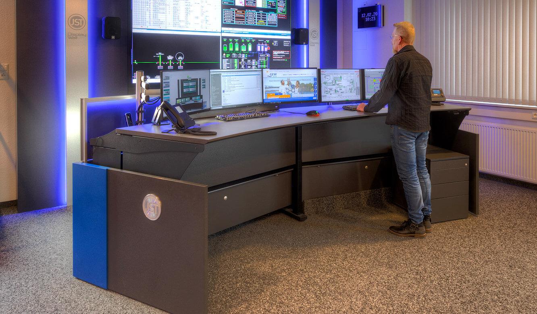 JST-Referenz GEW Energieversorger: Netzleitstelle. kontrollraum-Tisch mit Ergonomie-Schwerpunkt und Höhenverstellung