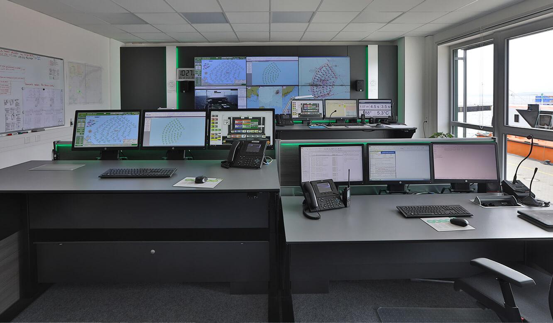 JST-Referenz Iberdrola Sassnitz: Leitstelle Windenergie - Höhenverstellbare ergonomische Kontrollraum-Tische