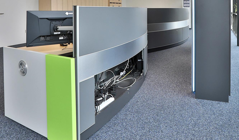 JST Referenz EVB Betriebszentrale: Ergonomie realisiert bei Konzeption Kontrollraum-Tisch.