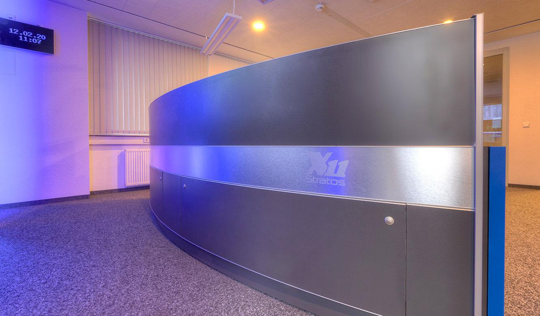 JST-Referenz GEW Energieversorger: Netzleitstelle. Ergonomischer Kontrollraumtisch mit moderner Optik in halbrunder Form