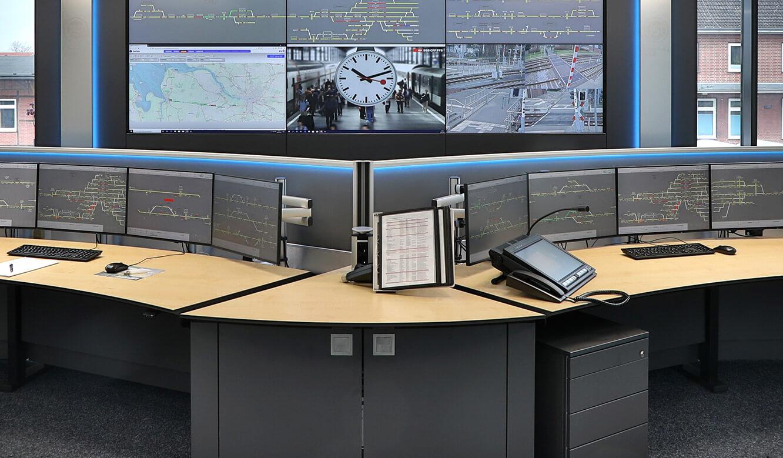 JST Referenz EVB Betriebszentrale: individuelle Kontrollraum-Möbel