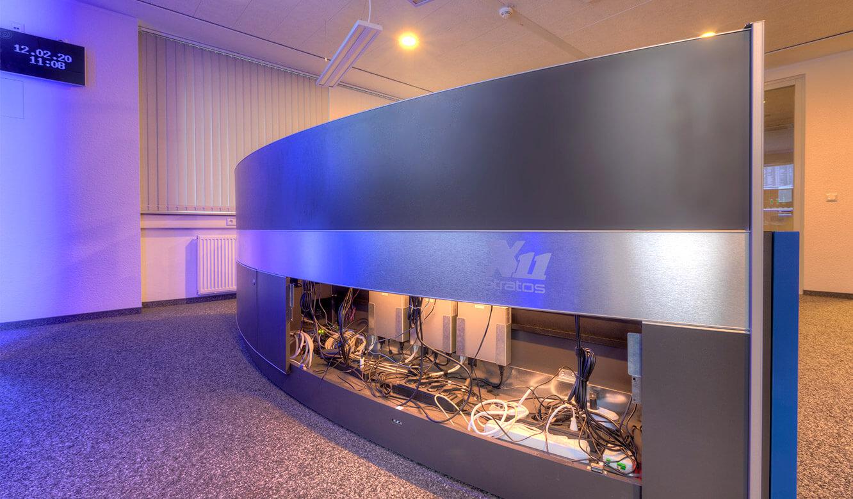 JST-Referenz GEW Energieversorger: Netzleitstelle. Ergonomischer Kontrolraumtisch mit Platz für Kabel und Technik im Versorgungsraum