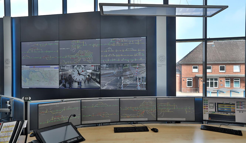 JST Referenz EVB Betriebszentrale: ergonomischer Arbeitsplatz im Kontrollraum