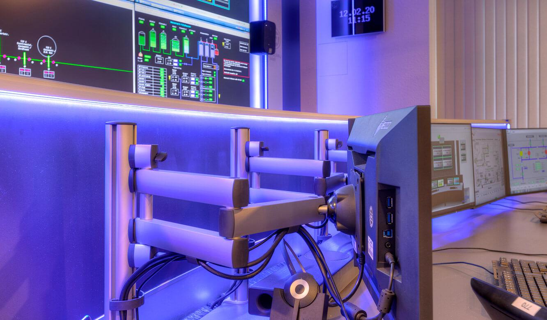 JST-Referenz GEW Energieversorger: Netzleitstelle. 3D-Monitor-Gelenkarme am Ergonomie-Operator-Arbeitsplatz ermöglichen optimalen Blickwinkel