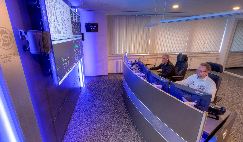 JST-Referenz GEW Energieversorger: Netzleitstelle. Kontrollraum-Arbeitsplätze vor der Videowall