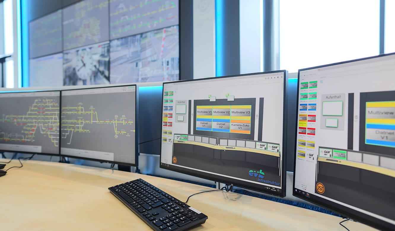JST Referenz EVB Betriebszentrale: Arbeitsplatz-Monitore in der Leitstelle mit interaktiver Bedienoberfläche für Kontrollraum-Steuerung